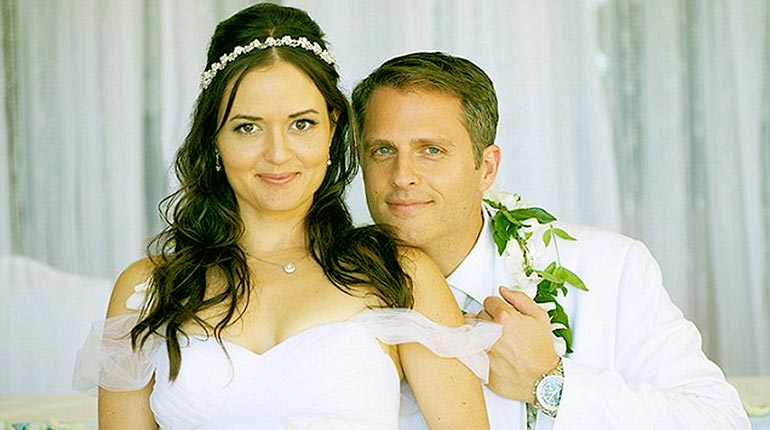 Image of Danica McKellar Net Worth, Age, Husband Scott Sveslosky, Ex-husband Mike Verta