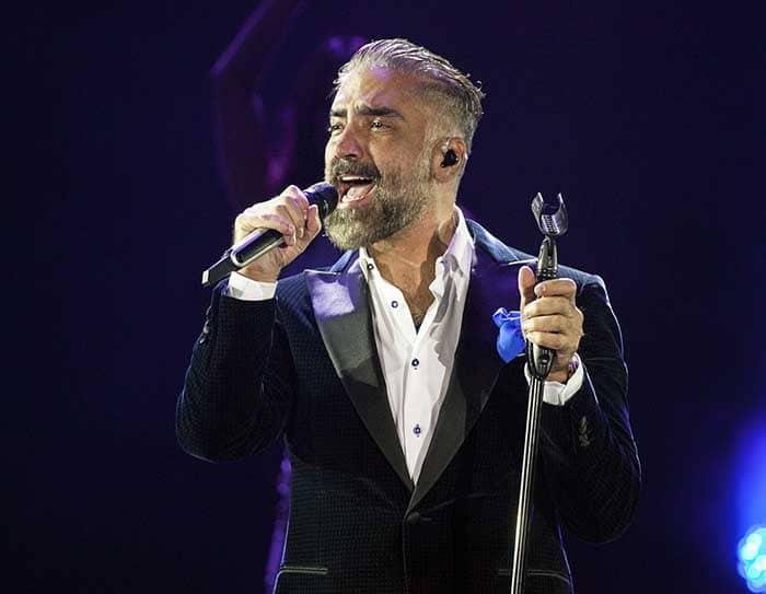 Photo of Alejandro Fernandez performing.